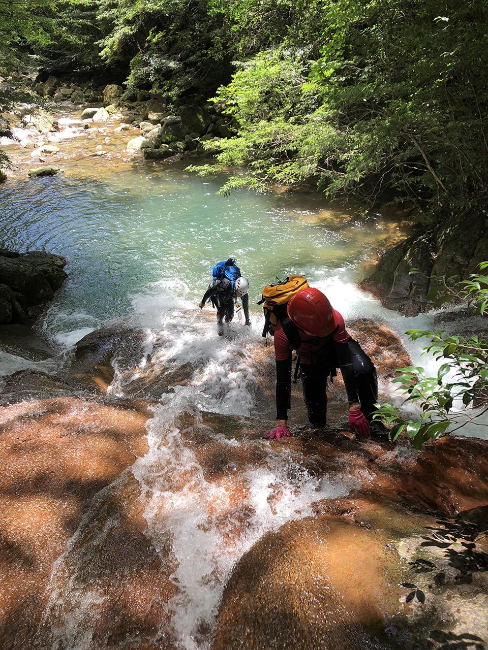霧島小谷川を遡上する鹿児島登山サークルの画像。霧島に沢登り初級の沢は、石氷川, 霧島川, 小谷川の3本。そして中級レベルの沢、石坂川。練習を重ねて石坂川突破を目指します。